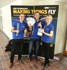 Här ser ni Erik, Oscar och Anna framför vår fina monter med flyers som vi delade ut till studenterna.