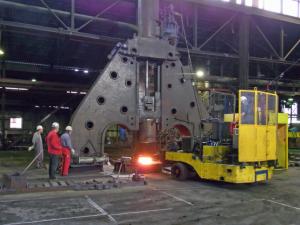 Så här kan en hammare se ut i industrin. Genom att lyfta och släppa det tunga verktyget formas arbetsstycket successivt till jetmotorer.