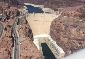 Hooverdammen och vattenkraftverket som förser närområdet med elektricitet och möjliggör titanframställning